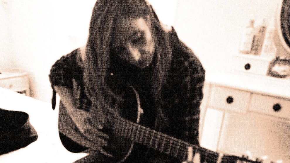 Aurore à la guitare